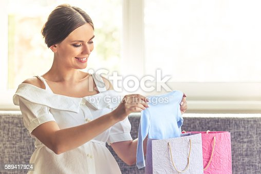 istock Beautiful pregnant woman at home 589417924