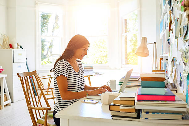 beautiful pregnant woman working from home office - trabalhando de casa - fotografias e filmes do acervo