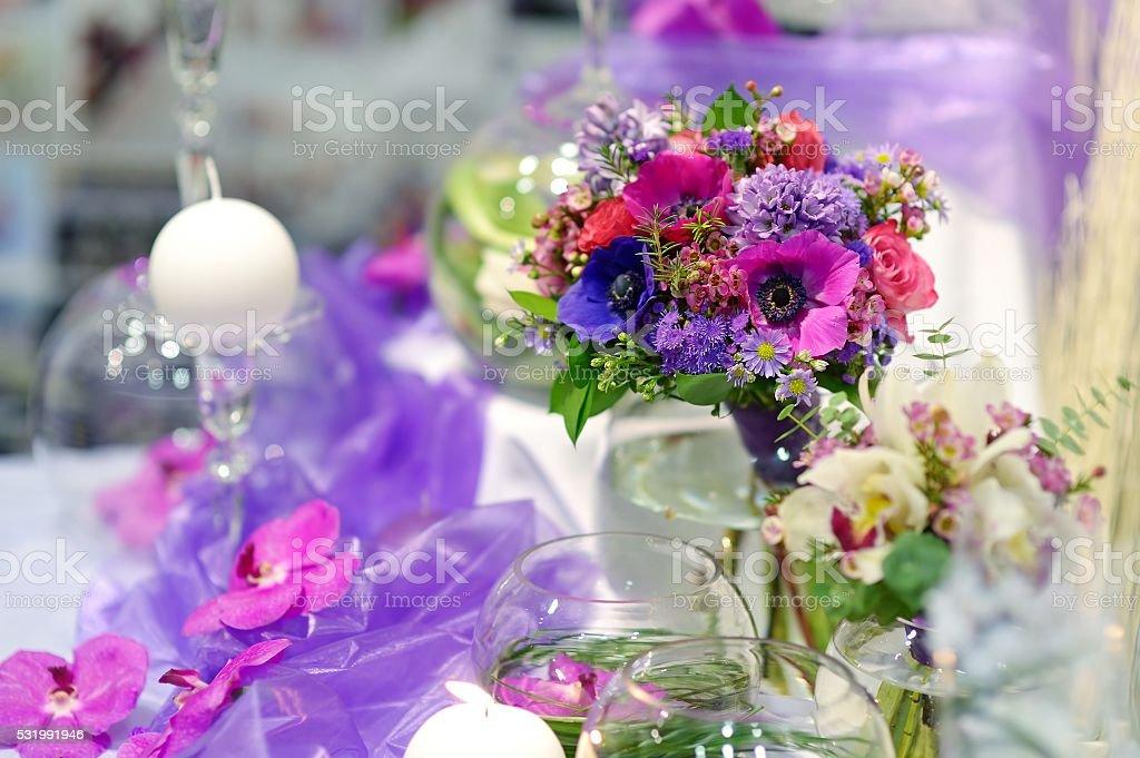 Schone Lila Blumen Als Tischdekoration Stock Fotografie Und Mehr