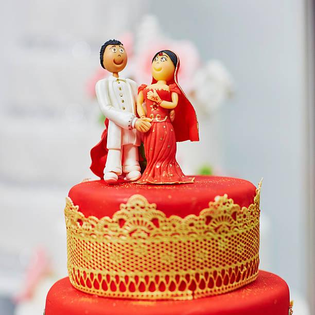 schöne rote und gelbe hochzeitstorte im indischen stil - orange hochzeitstorten stock-fotos und bilder