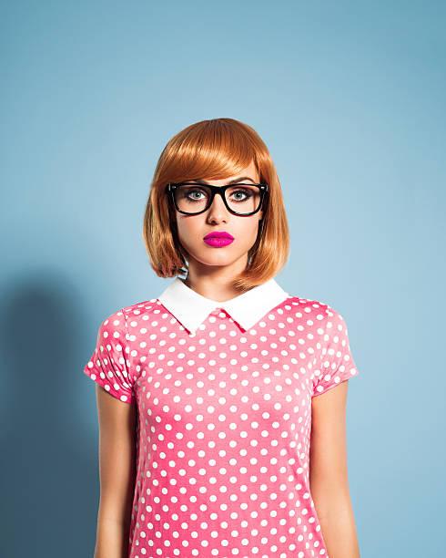 schöne rote haare junge frau mit kleid mit pünktchenmuster - moderne 50er jahre mode stock-fotos und bilder