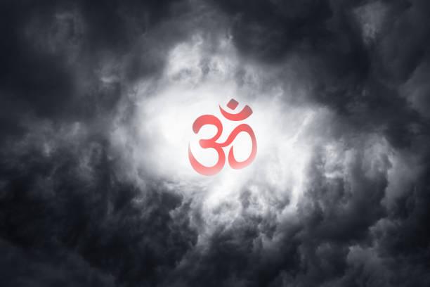 hermoso símbolo rojo de la religión budismo en las nubes como símbolo de fe en la unidad y la meditación. vacaciones: parinirvana, sangha, día del dharma - vectoriales fotografías e imágenes de stock