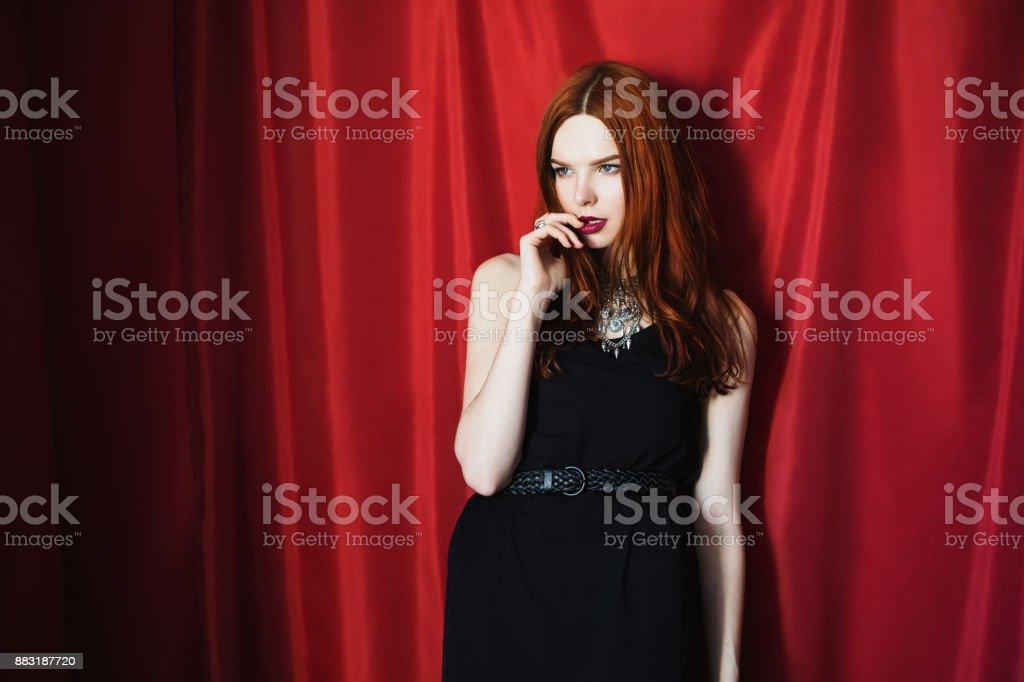 Cette jolie rousse a l'air belle et innocente, mais ds qu'elle attrape une bite enfle, elle lance la prudence au vent et commence  la sucer.