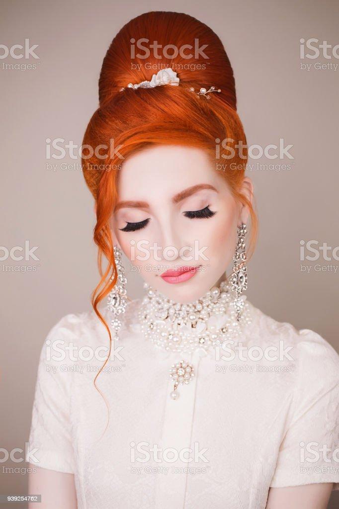 Belle Femme Rousse Avec Une Coiffure Retro Et Maquillage Sur Un Fond