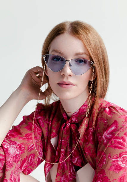schöne rothaarige frau trägt kreative hippie-stil kleidung und blaue brille - hippie kostüm damen stock-fotos und bilder