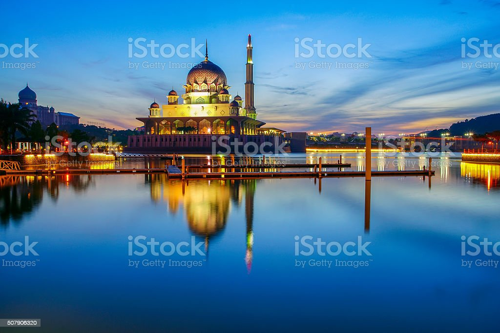 Hermoso reflejo de Putra Mezquita Azul en Lago durante horas - foto de stock