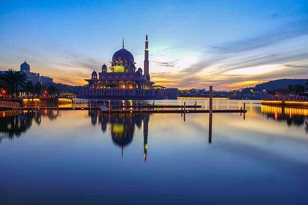 Wunderschöne Reflexion der Putra-Moschee während der blauen Stunde in See – Foto