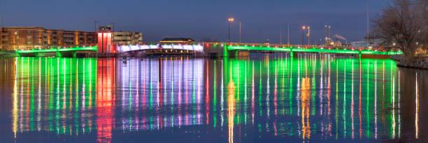 Schöne Reflexe der beleuchteten Brücke schlängeln sich über ruhiges Wasser. – Foto