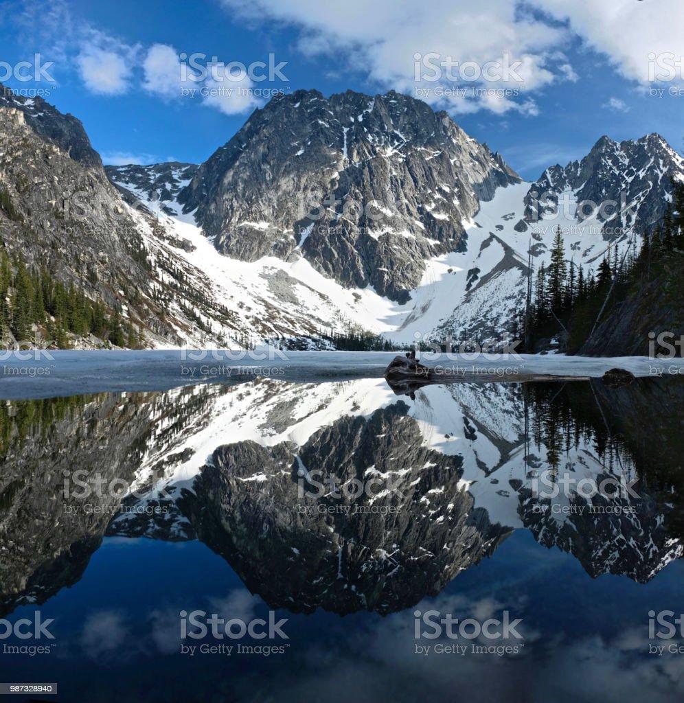 Schöne Reflexionen der Rocky Mountains schneebedeckt in ruhigem klaren Wasser der Alpensee – Foto