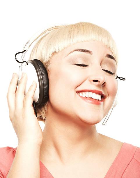 wunderschöne lässig blonde junge frau, die musik mit kopfhörer - kurzhaarfrisuren mit pony stock-fotos und bilder