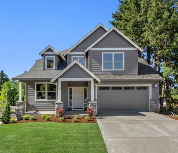 belo exterior residencial residencial em dia ensolarado brilhante com grama verde e céu azul - edifício residencial - fotografias e filmes do acervo