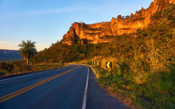 Schöne Straße, die Stadt der Chapada Dos Guimarães Berg von Steinen im Hintergrund im Sonnenuntergang. – Foto