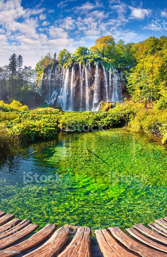 Schöne rock mit einem Wasserfall unter dem blauen Himmel. – Foto