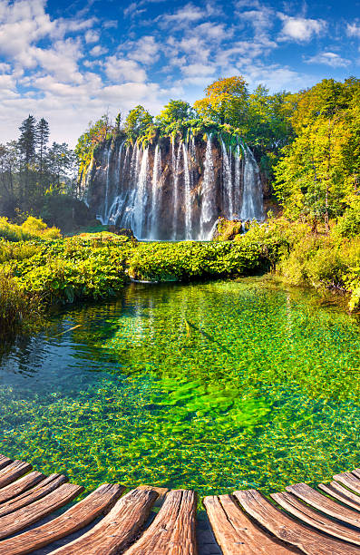 schöne rock mit einem wasserfall unter dem blauen himmel. - nationalpark plitvicer seen stock-fotos und bilder