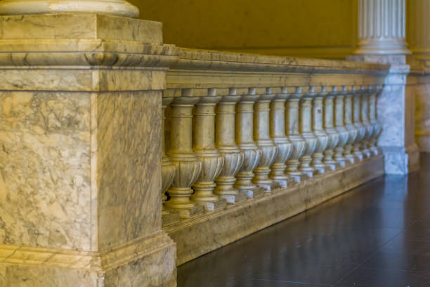 schöne römische stil architektur, marmorbahn, klassisches interieur - pole scheunen designs stock-fotos und bilder