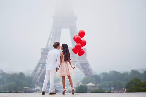 bella romantica coppia vicino alla torre eiffel a parigi - attività romantica foto e immagini stock
