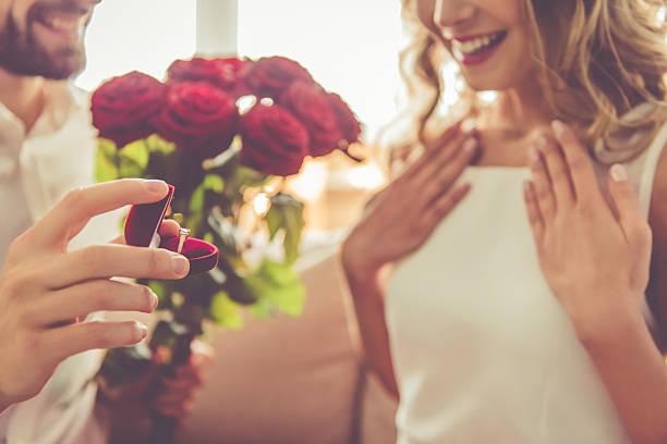 schöne romantische paar - verlobung was schenken stock-fotos und bilder