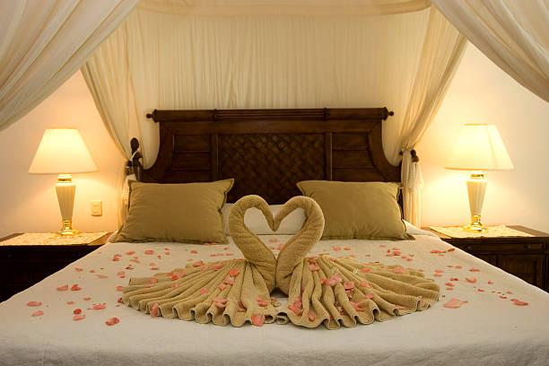 schöne romantische flitterwochen-suite, leer, textfreiraum - hochzeitsreise ohne mann stock-fotos und bilder