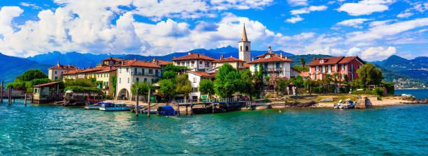 """mooie romantische meer lago maggiore - uitzicht op het eiland """"isola dei pescatori"""".  italië - como italië stockfoto's en -beelden"""