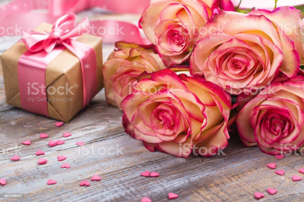Schone Rosen Und Geschenkbox Auf Holzernen Hintergrund Valentinstag