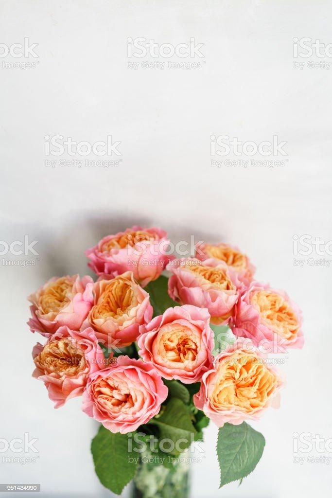Foto De Flores Lindas Rosas Em Um Vaso Sobre Uma Mesa Bouquet De