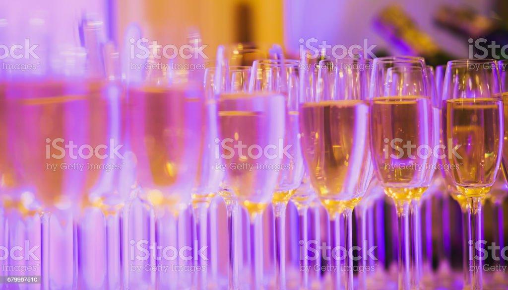 Belle ligne de type de cocktails différents alcool coloré sur une partie, martini, vodka et autres sur la table décorée de bouquet traiteur événement de plein air, photo avec beau bokeh - Photo