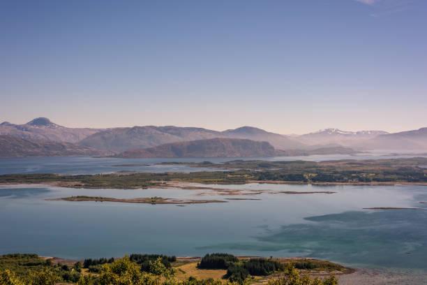 Schöne ländliche Norwegen Berglandschaft mit Meer und Landschaft in der Ferne. – Foto