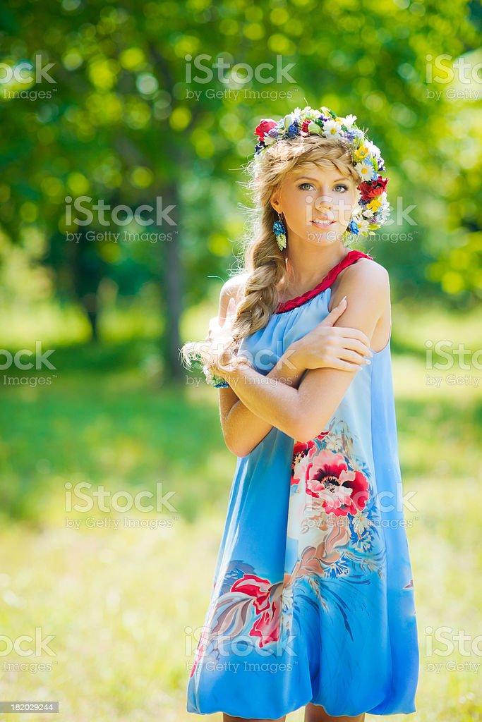Красивая женщина в синем Платье russian стоковое фото