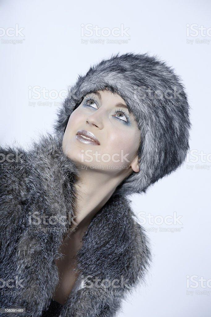 belle russe femme avec manteau de fourrure et chapeau chapka photos et plus d 39 images de 25 29. Black Bedroom Furniture Sets. Home Design Ideas