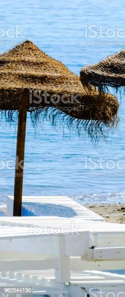 Foto de Bela Praia Com Guardachuvas De Árvore De Palma E O Azul Do Mar e mais fotos de stock de Areia