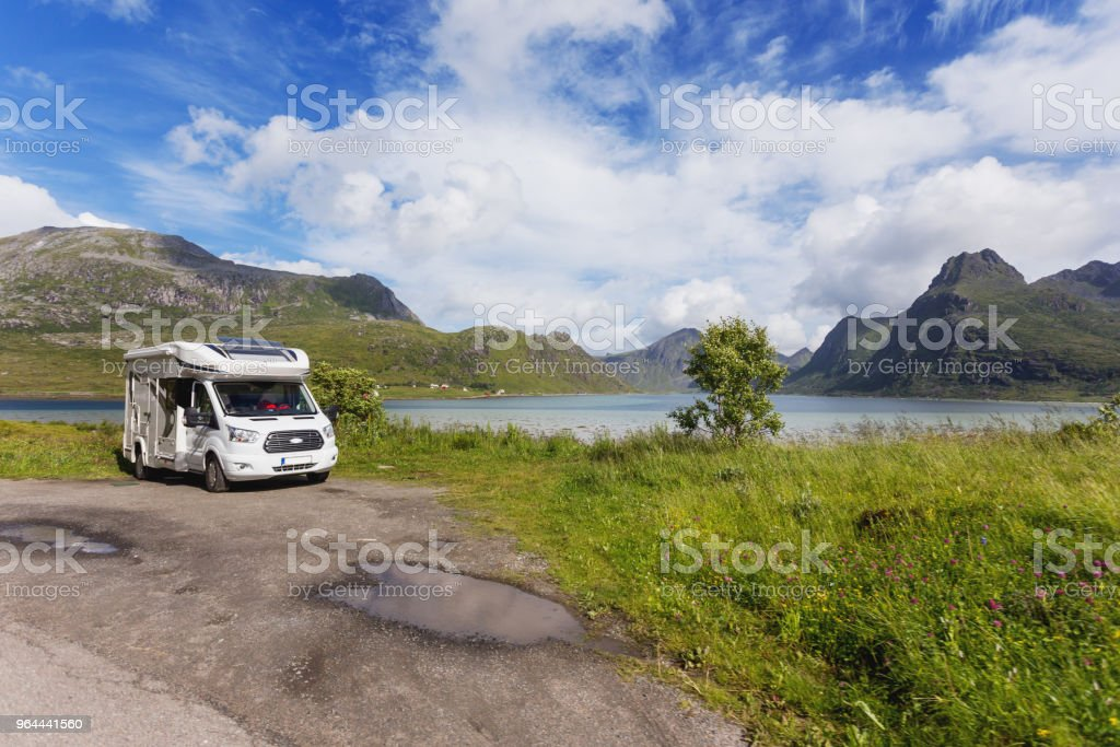 Prachtige Scandinavische landschap met bergen en fjorden. Auto reis op camper auto. Lofoten eilanden, Noorwegen. - Royalty-free Auto Stockfoto