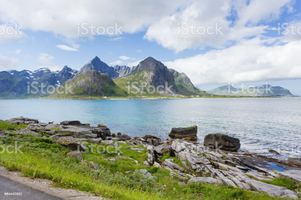 Bela paisagem escandinava com montanhas e fiordes. Viagem de carro nas ilhas Lofoten, Noruega. - Foto de stock de Baía royalty-free