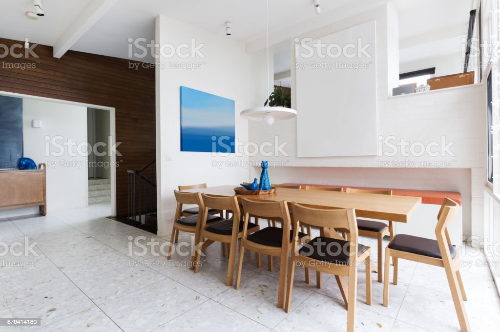 Schönen Skandinavischen Stil Innere Speisesaal In Der Mitte Des Jahrhunderts  Moderne Australische Zuhause Lizenzfreies Stock