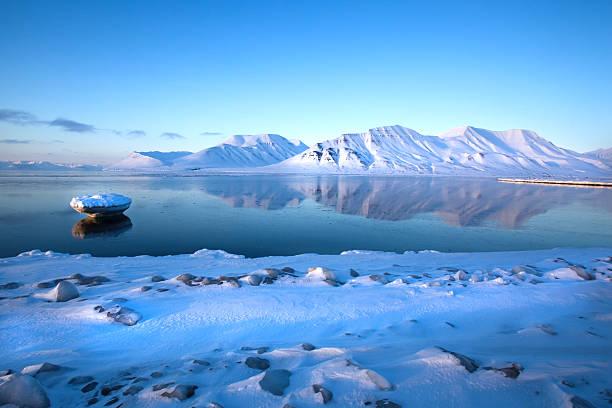 Cтоковое фото Гора Шпицбергеном отражение в Isfjord зимний пейзаж