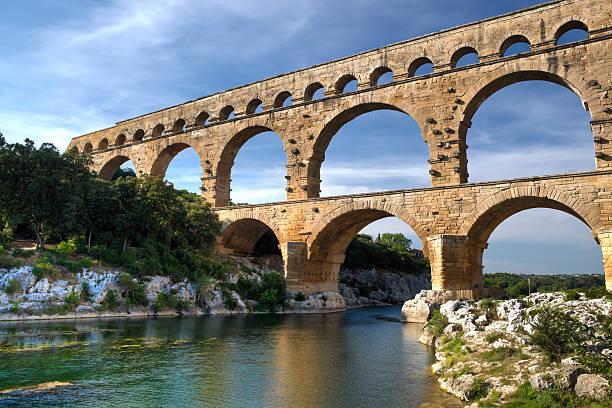 beautiful scenery view of pont du gard, france - pont du gard stockfoto's en -beelden