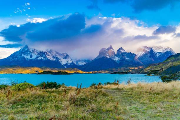 Wunderschöne landschaftliche Landschaft des Nationalparks Torres del Paine mit Pehoe Lake und nebligen Bergen – Foto