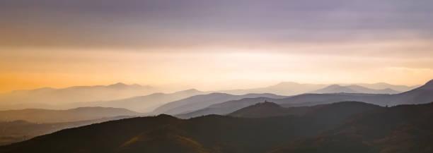 Schöne Panoramalandschaft der Vogesen in der Dämmerung, Frankreich. Warmes Gefühl. – Foto