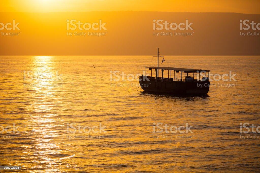 Schöner See Genezareth am Morgen. Goldenen Sonnenaufgang über dem Kinneret – Foto