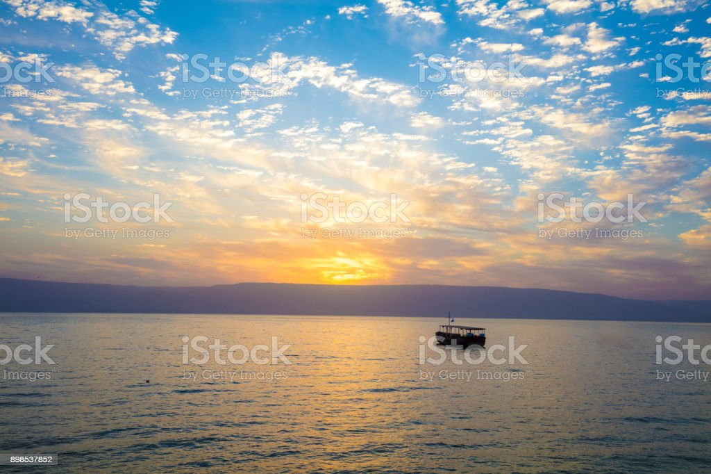 Schöner See Genezareth am Morgen. Sonnenaufgang über dem Kinneret – Foto