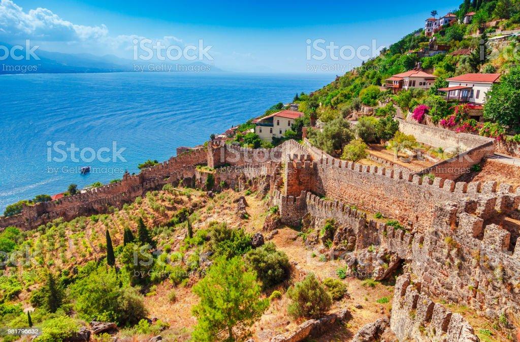 Alanya Kalesi Antalya bölgesi, Türkiye, Asya güzel deniz panorama manzara. Ünlü turizm yüksek dağlarla. Yaz parlak gün ve deniz kıyısında stok fotoğrafı