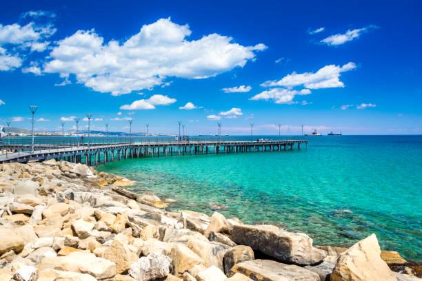 Schöne Strandpromenade mit Palmen, Skulpturen und Pools in Limassol, Zypern – Foto