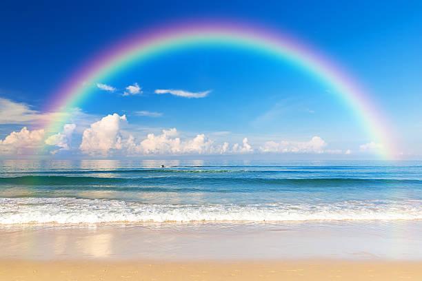 Schöne Meer mit einem Regenbogen in den Himmel – Foto