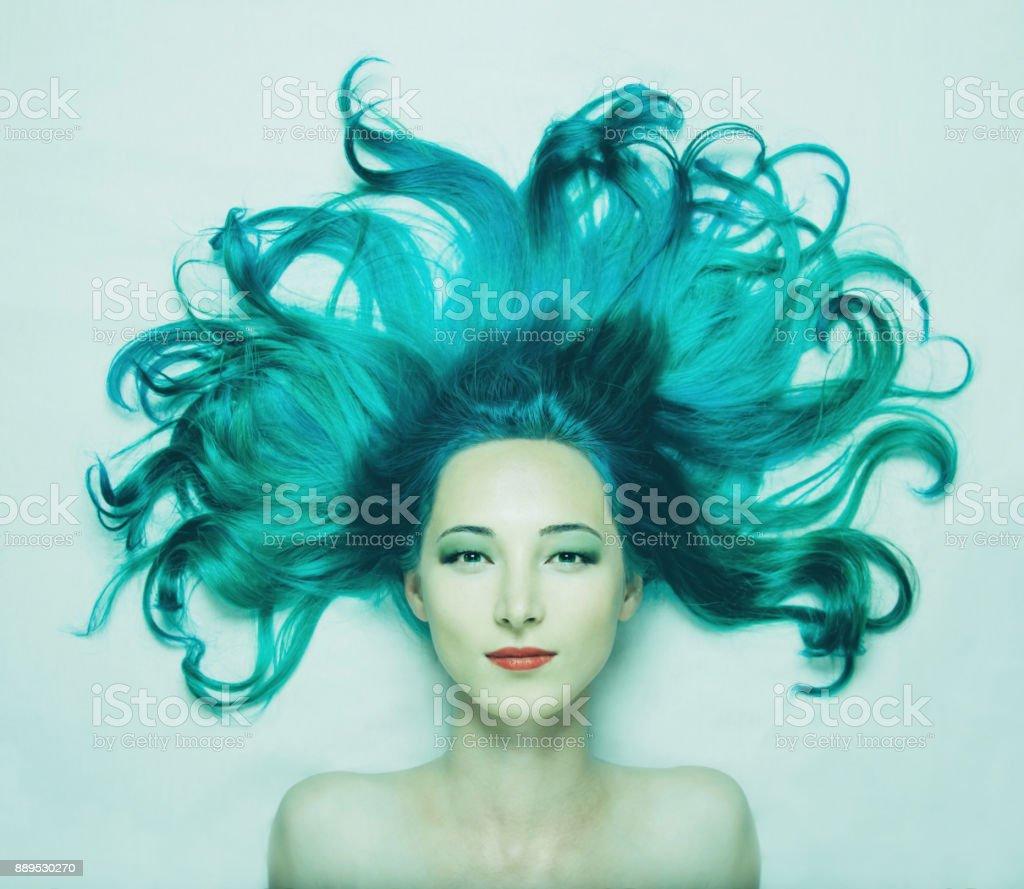 Satin magnifique avec des cheveux turquoise. - Photo