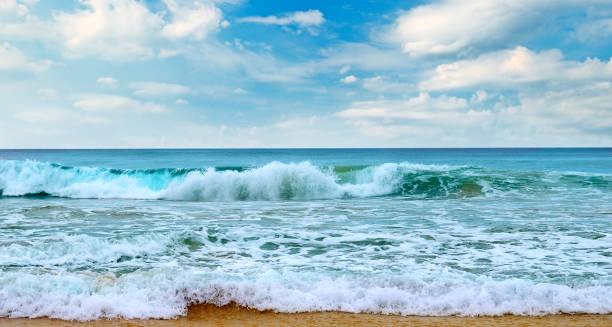 Schöne Meereslandschaft und blauer Himmel. Sandstrand. – Foto