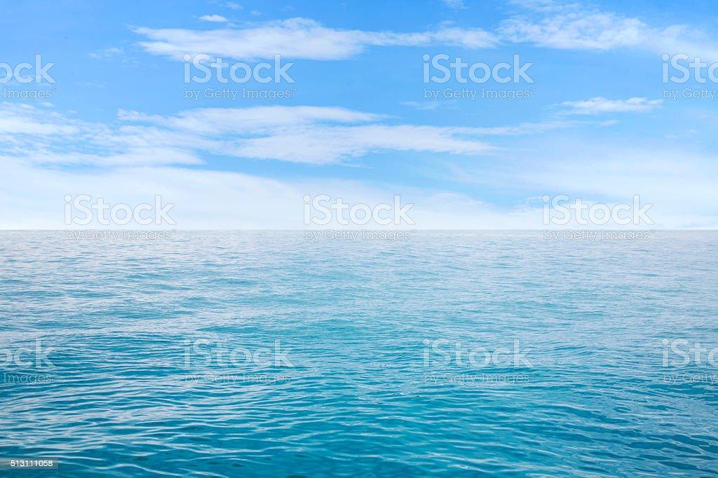 Hermoso paisaje marino en cielo azul con nubes - foto de stock