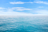 美しい海、雲の青い空