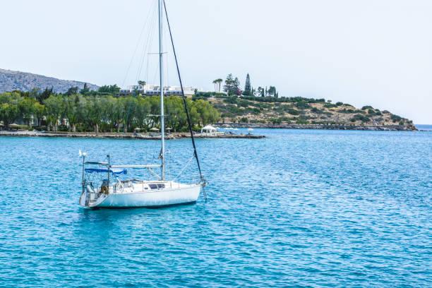 Schöne Seelandschaft mit weißen Segeln yacht im blauen Meer. Senkte die Segel, ruhig. Das Konzept der Stagnation hat keinen Zweck, ließ seine Hände. – Foto