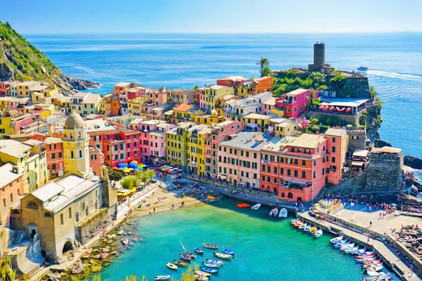 beautiful seaside of vernazza village in summer in the cinque terre area, italy. - la spezia foto e immagini stock