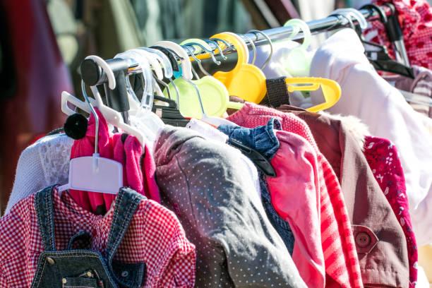 schöne Baby Mädchen und Kinder Kleidung aus zweiter Hand zum Einkaufen – Foto