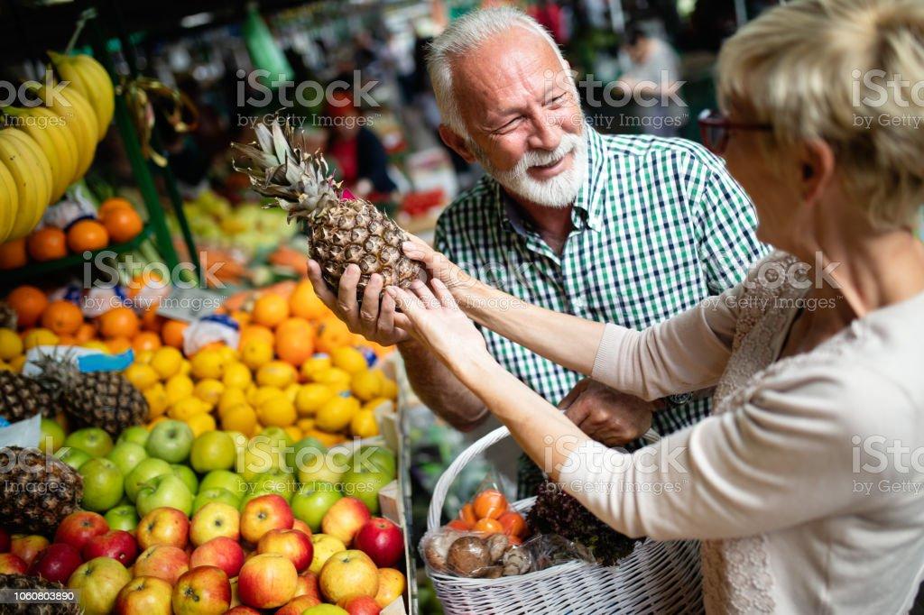 Schönes älteres paar Gesundheits-Produkte auf dem Markt auswählen – Foto